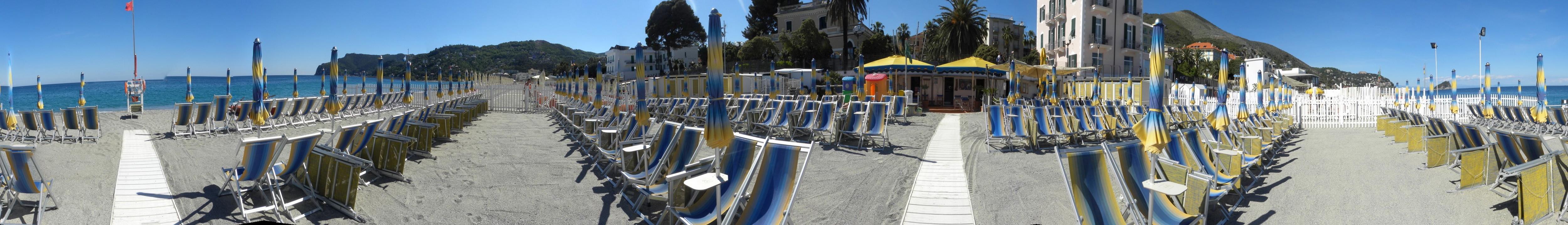 Benvenuti ai Bagni Cerutti di Spotorno, nella Riviera Ligure di Ponente. Qua troverete spiaggia, sole e mare che faranno delle vostre vacanze un momento indimenticabile. Veniteci a trovare, VI ASPETTIAMO ! P.S. Clicca sulla freccia bianca in basso a destra per altri scenari.